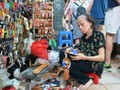 Ibu Nguyen Thi Lien- wanita yang melestarikan kerajinan membuat kolom di Pasar Ben Thanh