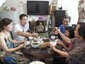 Hidangan makan mengaitkan keluarga warga kota Hanoi