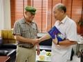 Periodista venezolano regala su libro a la Voz de Vietnam