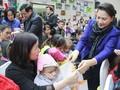 ガン国会議長、癌患者の子供に贈物