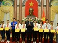 Presiden Viet Nam, Tran Dai Quang bertemu dengan orang-orang tipikal yang menghadiri Festival nasional ke-3 pemimpin Barisan Anak-Anak Pioner Ho Chi Minh yang tipikal
