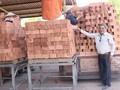 Сотрудник Отечественного фронта Вьетнама оказывает помощь людям из малоимущих семей