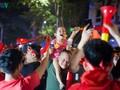 Cổ động viên Thủ đô thâu đêm ăn mừng chiến thắng đội tuyển Việt Nam