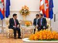 รองนายกรัฐมนตรีฝ่ามบิ่งมิงห์เข้าเยี่ยมคารวะสมเด็จ ฮุนเซน นายกรัฐมนตรีกัมพูชา
