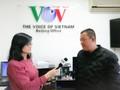 本台常驻北京记者站站长吴氏碧顺采访忠实听众卢焕利
