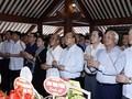 นายกรัฐมนตรีและประธานสภาแห่งชาติจุดธูปรำลึกประธานโฮจิมินห์