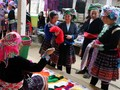 Un animado mercado de las zonas montañosas en Hanói