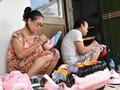 Letzte Familie in Hanoi, die Masken aus Boi-Papieren herstellt