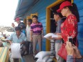Đoàn công tác Đại sứ quán Việt Nam tại Campuchia tặng quà cho bà cho Việt kiều nghèo tại Pursat và Battambang