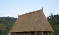 Ruang rumah Guol yang hidup-hidup dari warga  etnis minoritas Co Tu di desa A Roh,  kecamatan Lang, kabupaten Tay Giang, provinsi Quang Nam