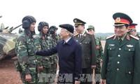 Sekjen KS PKV, Nguyen Phu Trong memeriksa secara terpadu pekerjaan  pelatihan  dan kesiagaan tempur