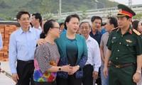 Ketua MN Vietnam, Nguyen Thi Kim Ngan mengunjungi para warga daerah yang terkena topan dan  banjir di provinsi Khanh Hoa