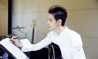 若手の作曲家であり歌手でもあるアーチスト