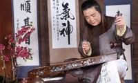 ベトナムの民族楽器、一弦琴ダンバウの演奏