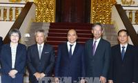 フック首相、日経新聞社長と会見