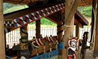 コトゥ族のお墓に施された彫刻