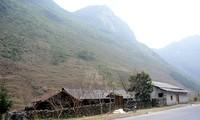 モン族の土壁の家