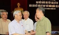 Sekjen Nguyen Phu Trong melakukan kontak dengan pemilih unit pemilihan nomor 1 kota Hanoi