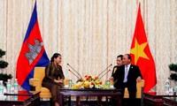 Deputi PM Nguyen Xuan Phuc menerima Deputi PM Kamboja, Men Xom On