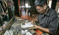 Quach Van Hieu-Artisan Kota Hanoi menjaga intisasi kerajinan membuat barang-barang dari perak