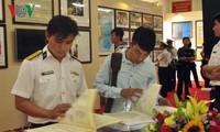 Kawasan 2 Angkatan Laut Vietnam memamerkan peta dan dokumen tentang Hoang Sa dan Truong Sa
