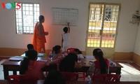 Kursus pengajaran aksara Khmer di tengah-tengah kota