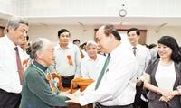 PM Nguyen Xuan  Phuc menghadiri konferensi memuji para tipikal yang bersaja kepada revolusi di provinsi Quang Nam