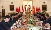 Presiden Indonesia Joko Widodo mengadakan upacara penyambutan resmi untuk Sekjen Nguyen Phu Trong