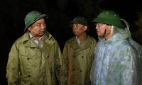 PM Nguyen Xuan Phuc melakukan survei dan membimbing pekerjaan mengatasi akibat taufan di Vietnam Tengah