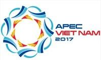 Menyampaikan hadiah sayembara menciptakan lukisan agitasi dan sosialisasi tentang Tahun APEC Vietnam 2017