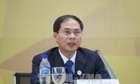 Menyampaikan hasil Pekan Tingkat Tinggi APEC 2017 kepada perwakilan asing dan berbagai organisasi internasional di Kota Hanoi