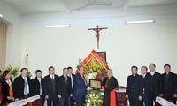 Deputi Harian PM Pemerintah Truong Hoa Binh mengucapkan selamat kepada umat Katolik dan Protestan