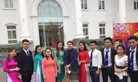 Mahasiswa Laos menjalankan praktikun di Universitas Hanoi