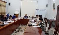 Jam kuliah ekstrakurikuler tentang penerjemahan untuk mahasiswa Laos di Akademi Diplomatik Hanoi