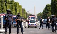 Francia: Coche impacta a furgón policial en Campos Elíseos