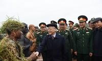 El máximo líder político de Vietnam revisa las tareas de defensa nacional