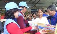 Ayudan por el Tet a vietnamitas pobres