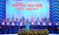 36 outstanding workers receive 2016 Nguyen Van Troi awards