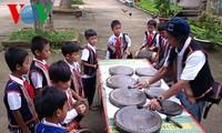 ドラの演奏の教えに熱心なバナ族の職人