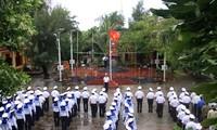 长沙岛和河内巴亭广场同时举行向国旗敬礼和升旗仪式