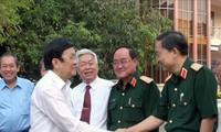 张晋创主席看望隆安省老革命家和武装力量
