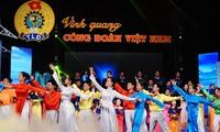 """""""光荣的越南工会""""电视连线直播节目在河内举行"""