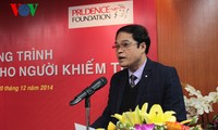越南之声国会电视频道向盲人赠送九百多张有声读物CD光盘