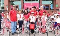 越南儿童保护基金向平定省贫困儿童赠送自行车