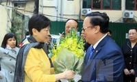 """越友联向中国对外友协会长李小林授予""""为了各民族和平友好""""纪念章"""