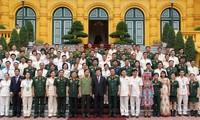 推广先进典型   建设强大的越南人民军队和人民公安力量