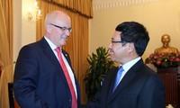 越德推动两国企业合作