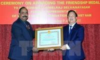 越友联向原国际展望组织驻越首席代表授予国家主席友好徽章