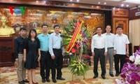 本台副台长武海向河内市人民委员会赠送鲜花祝贺首都解放61周年