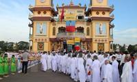 越南祖阵中央委员会领导人会见越南高台教神职人员